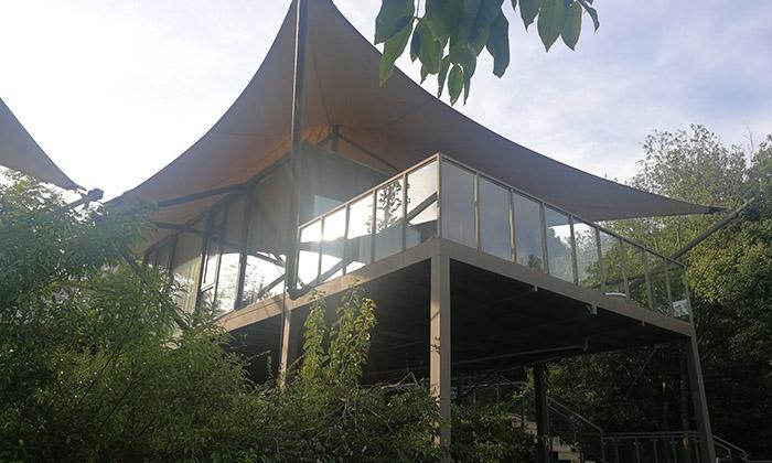 尖顶野营酒店帐篷